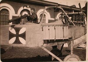 Солдат авиаотряда рассматривает пулемётную установку летательного аппарата Альбатроса, захваченного у неприятеля.