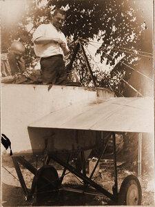 Военный лётчик отряда лейтенант Дыбовский (у летательного аппарата).