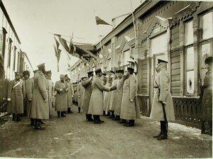 Император Николай II приветствует группу военных чинов после принятия рапорта