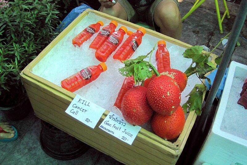 Плоды и сок гак-фрукта (gac fruit, Момордика кохинхинская). Рынок Талинг Чан, Бангкок