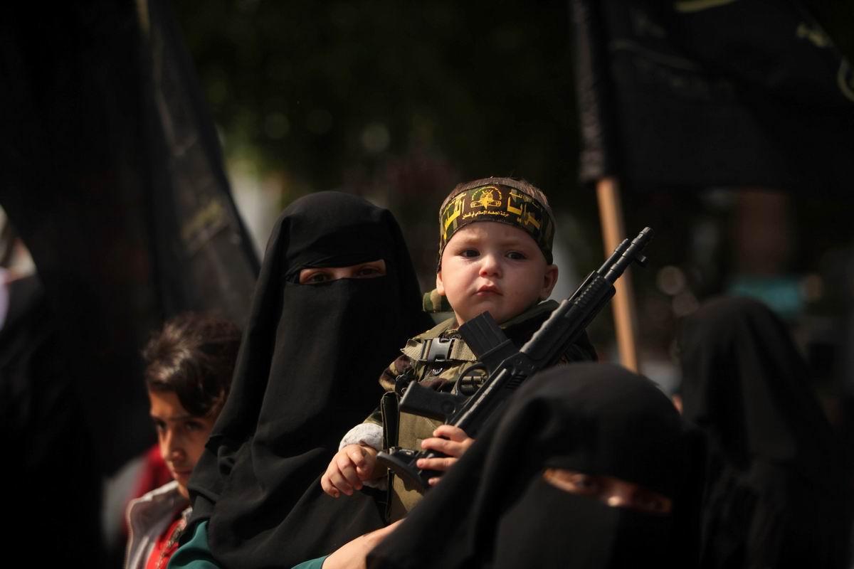 Сидя на руках у мамы: Будущий боец палестинского спецназа