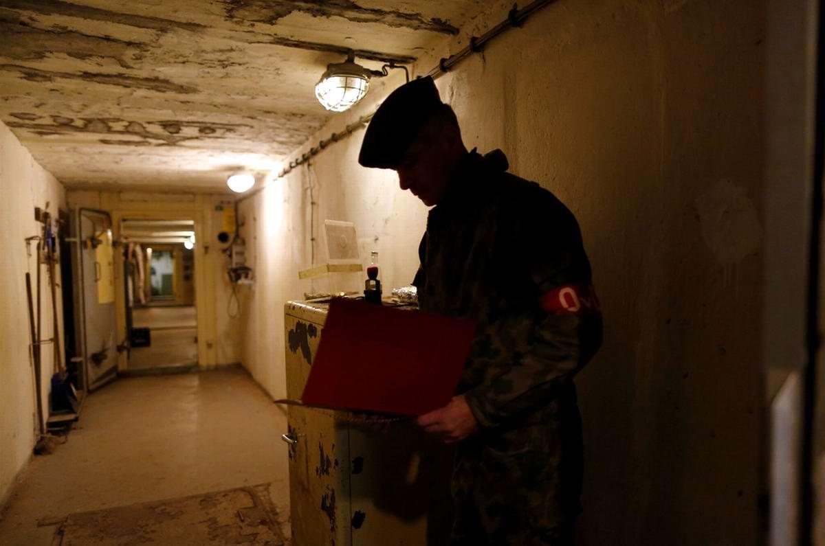 Работник музея читает гостям расписание их дежурств