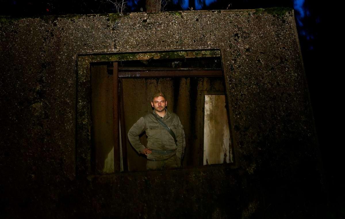 Один из гостей выглядывает из окна надземной части бункера