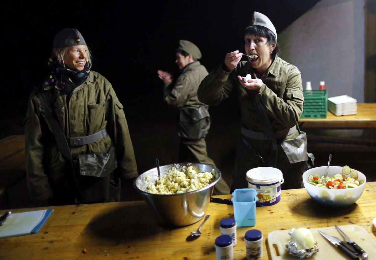 Женщины в форме солдат Национальной народной армии ГДР за приготовлением обеда
