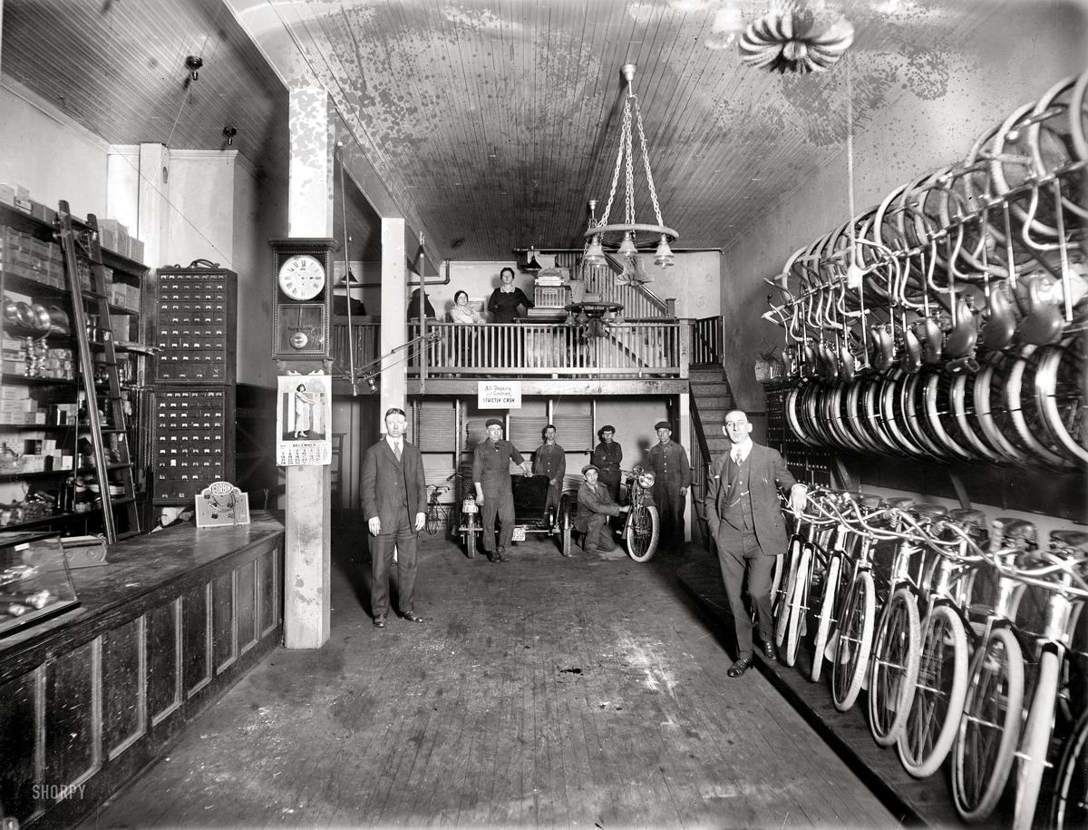В торговом зале магазина по продаже велосипедов и мотоциклов (Вашингтон, 1919 год)