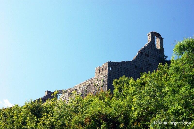 Крепость Св. Креста  - вид с трассы