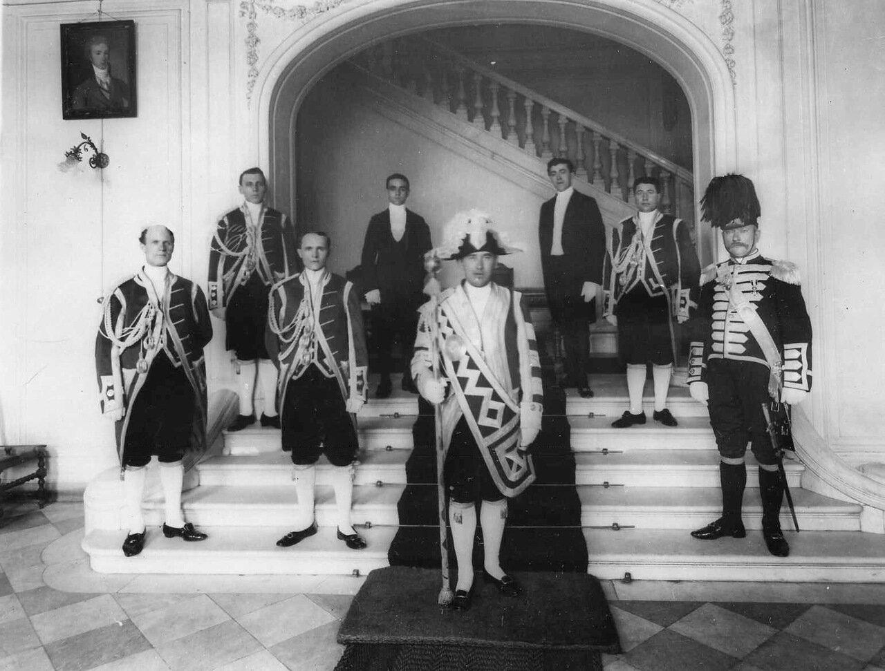 24. Обслуживающий персонал испанского посольства в вестибюле. 1906