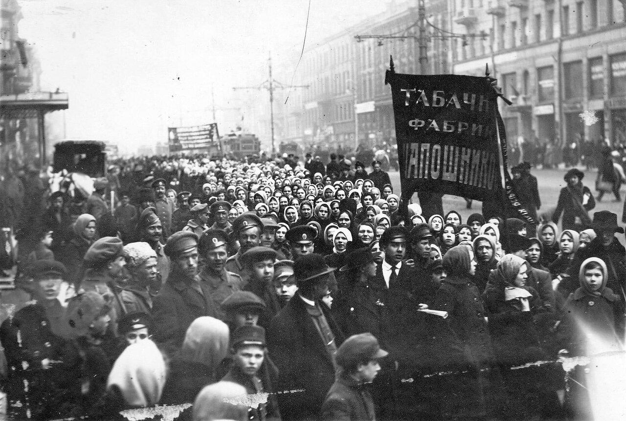 05. Работницы и рабочие табачной фабрики Шапошникова с большевистскими лозунгами на Невском проспекте. 19 марта 1917