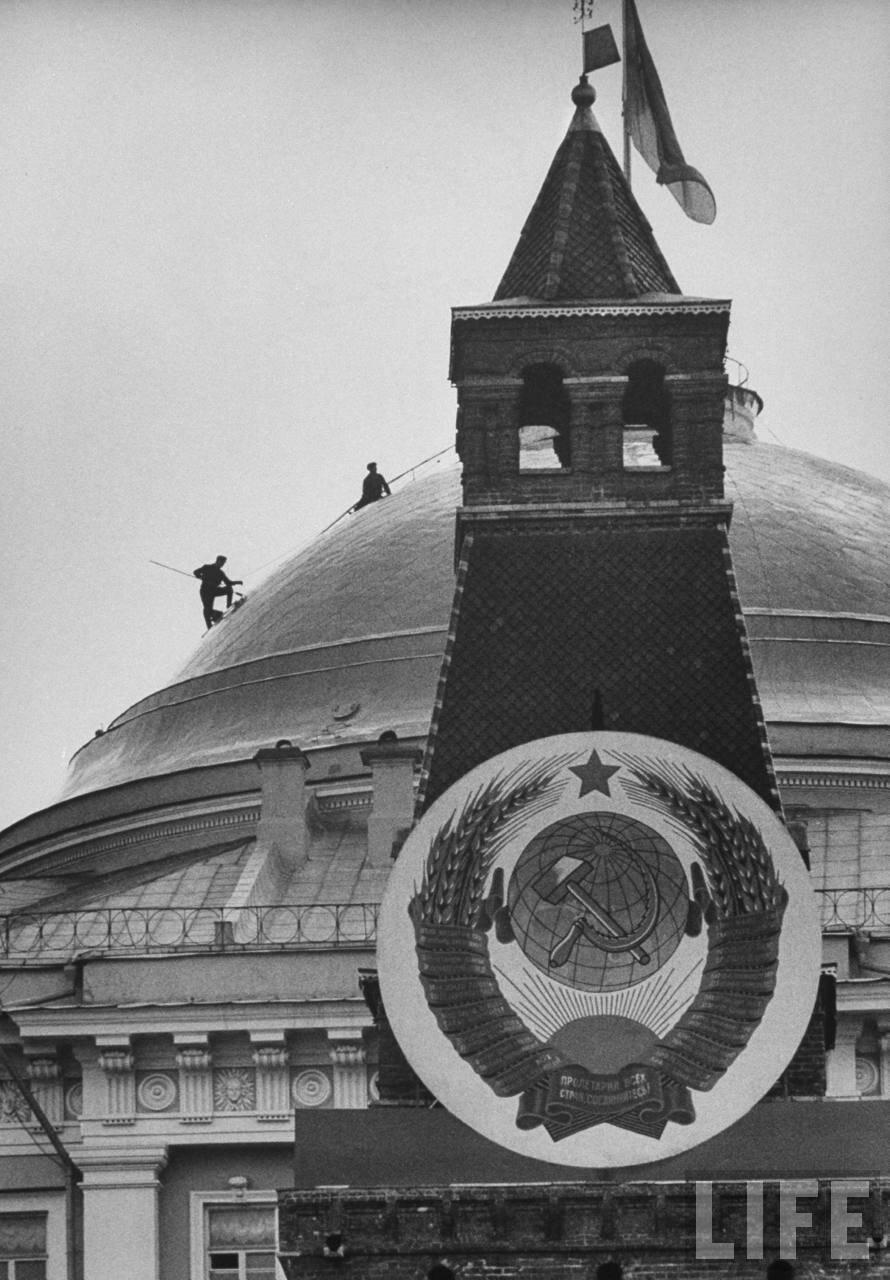 Советский герб на Кремлевской башне во время празднования Первомая