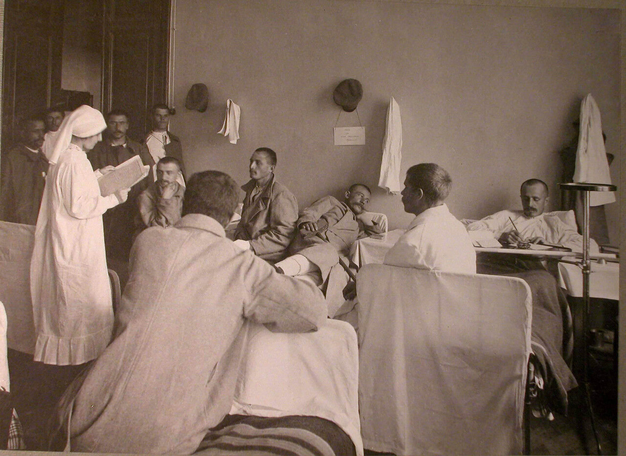 21. Раненые в палате лазарета, устроенного в помещении реального училища Мазинга