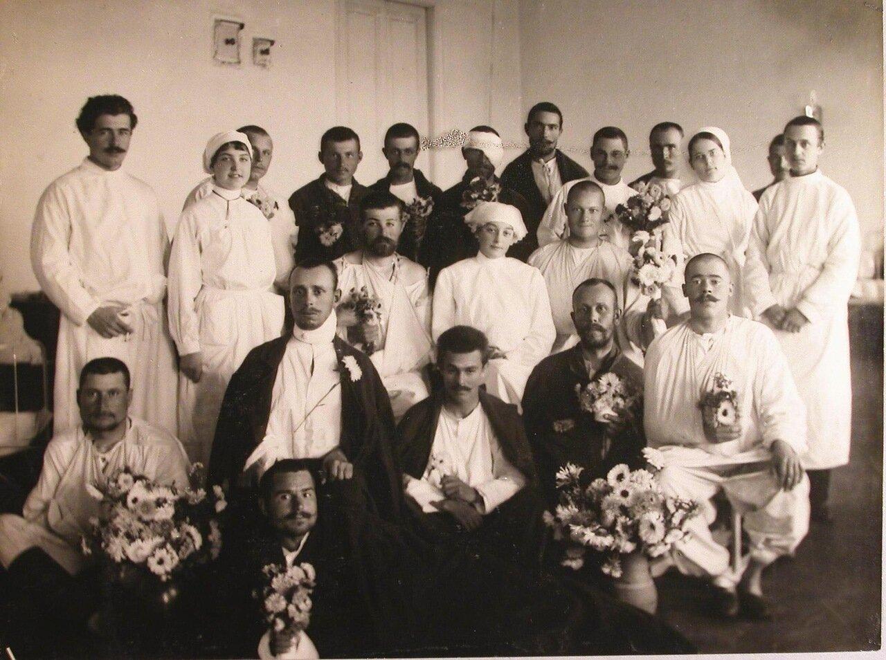 27. Группа раненых и медицинский персонал госпиталя в одной из палат
