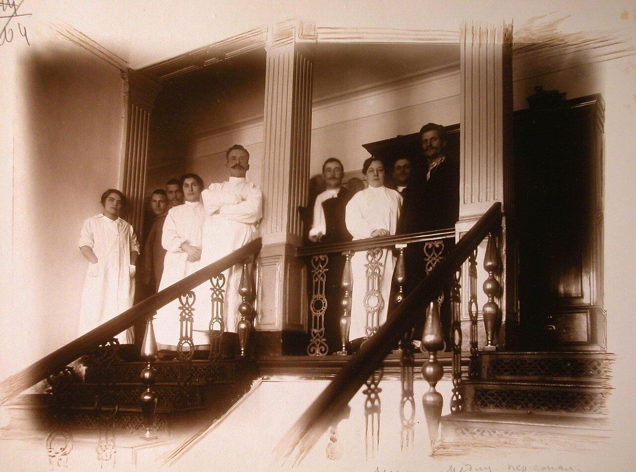 09. Группа медицинского персонала госпиталя на лестничной площадке