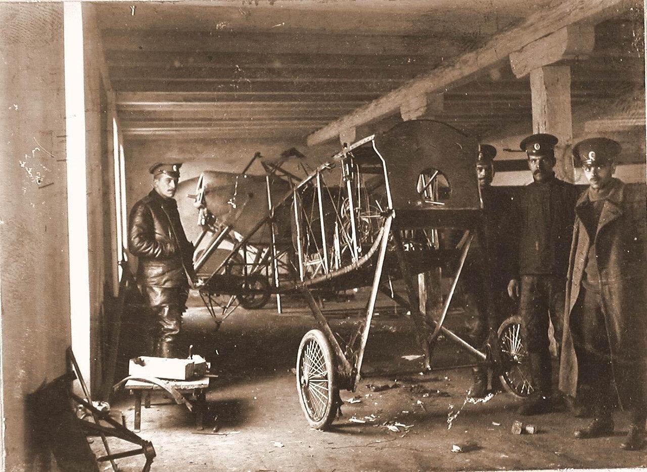 04. Группа техников отряда у летательного аппарата, доставленного в мастерскую г. Терещенко для ремонта.  1914. Люблин