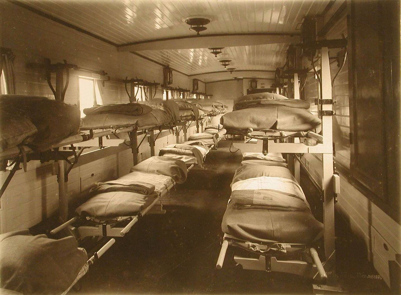 04. Внутренний вид одного из вагонов III класса на 16 мест с приспособлениями Кригера для тяжелораненых