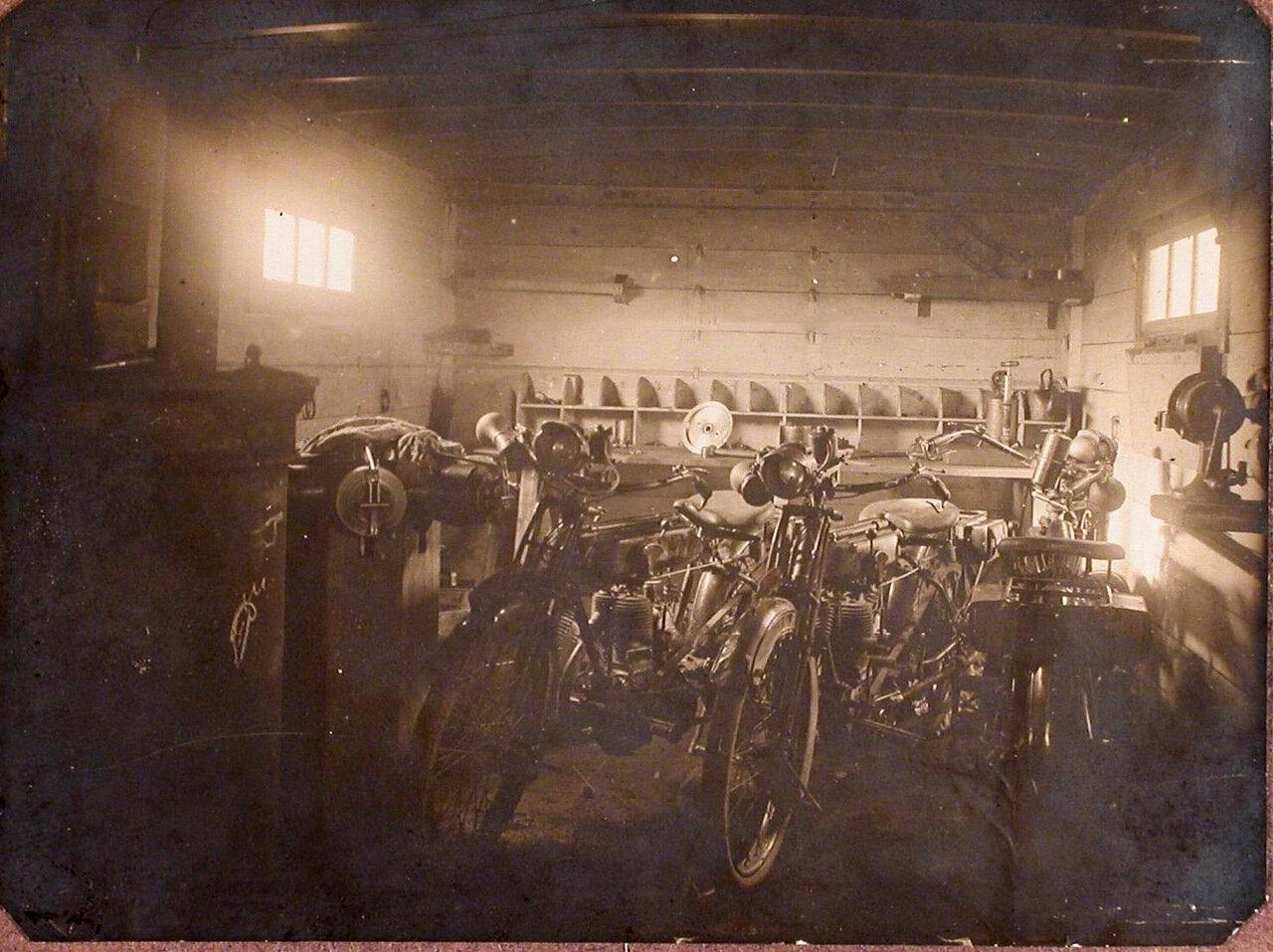 11. Мотоциклы штаба 27 армейского корпуса, подготовленные для ремонта в помещении подвижной авиационной мастерской