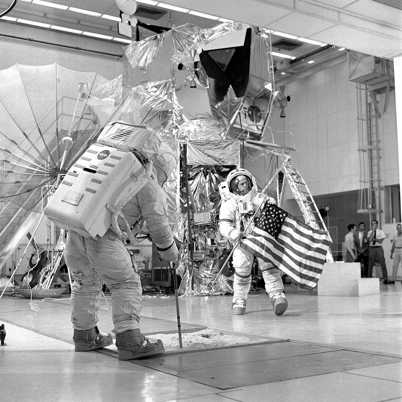Цель полёта — высадка на Луне с проведением исследований по более широкой программе, чем при полёте корабля «Аполлон-12». На снимке: Тренировка экипажа Аполлона 14