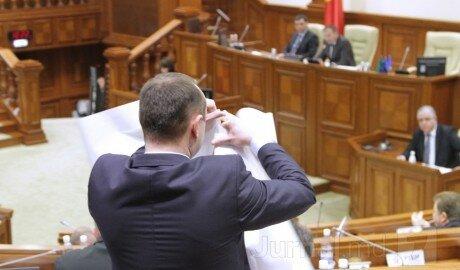"""В Парламенте Молдовы разорвали карту """"Великой Румынии"""""""