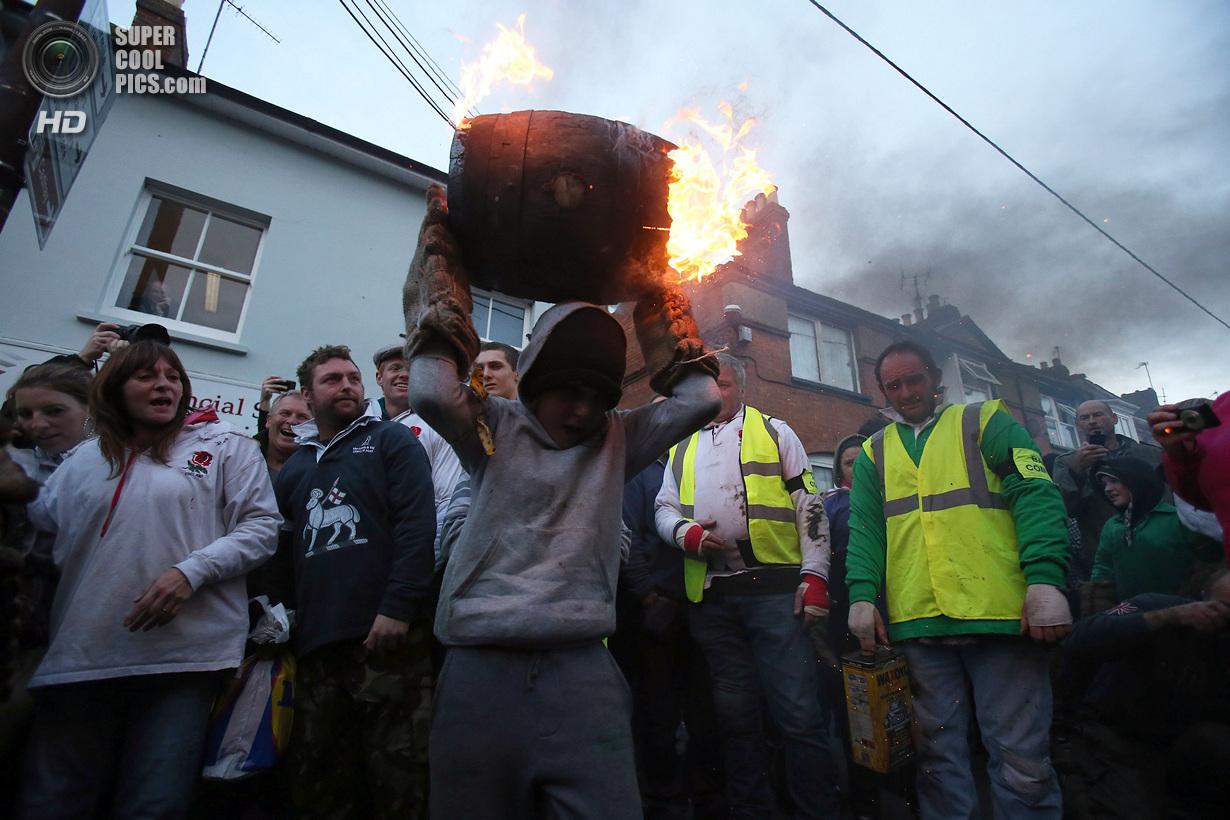 Огненное веселье в Оттери-Сент-Мэри (30 фото)
