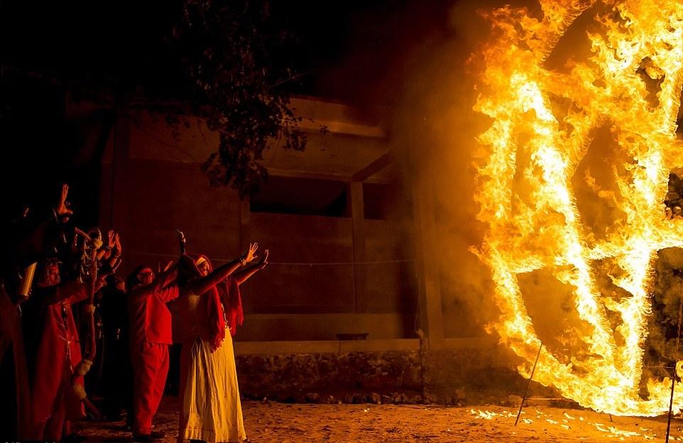 Принеся жертвы, шаманы выстроились перед горящей пентаграммой и запели гимны, призывающие дьявол