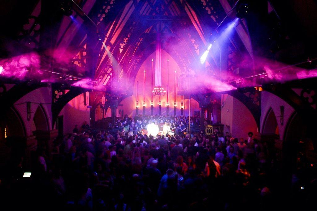 Церковь XIX века в Денвере так и осталась местом скопления людей, но теперь вместо религиозных служб