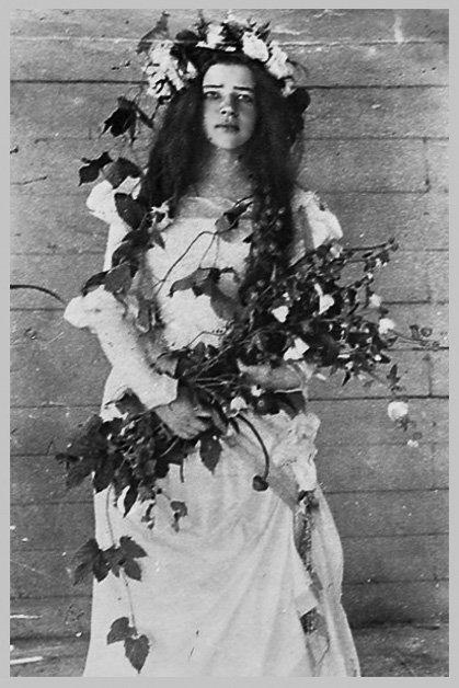 Любовь Менделеева Любовь Менделеева (17 лет) в роли Офелии в домашнем спектакле Боблово, 1898.С