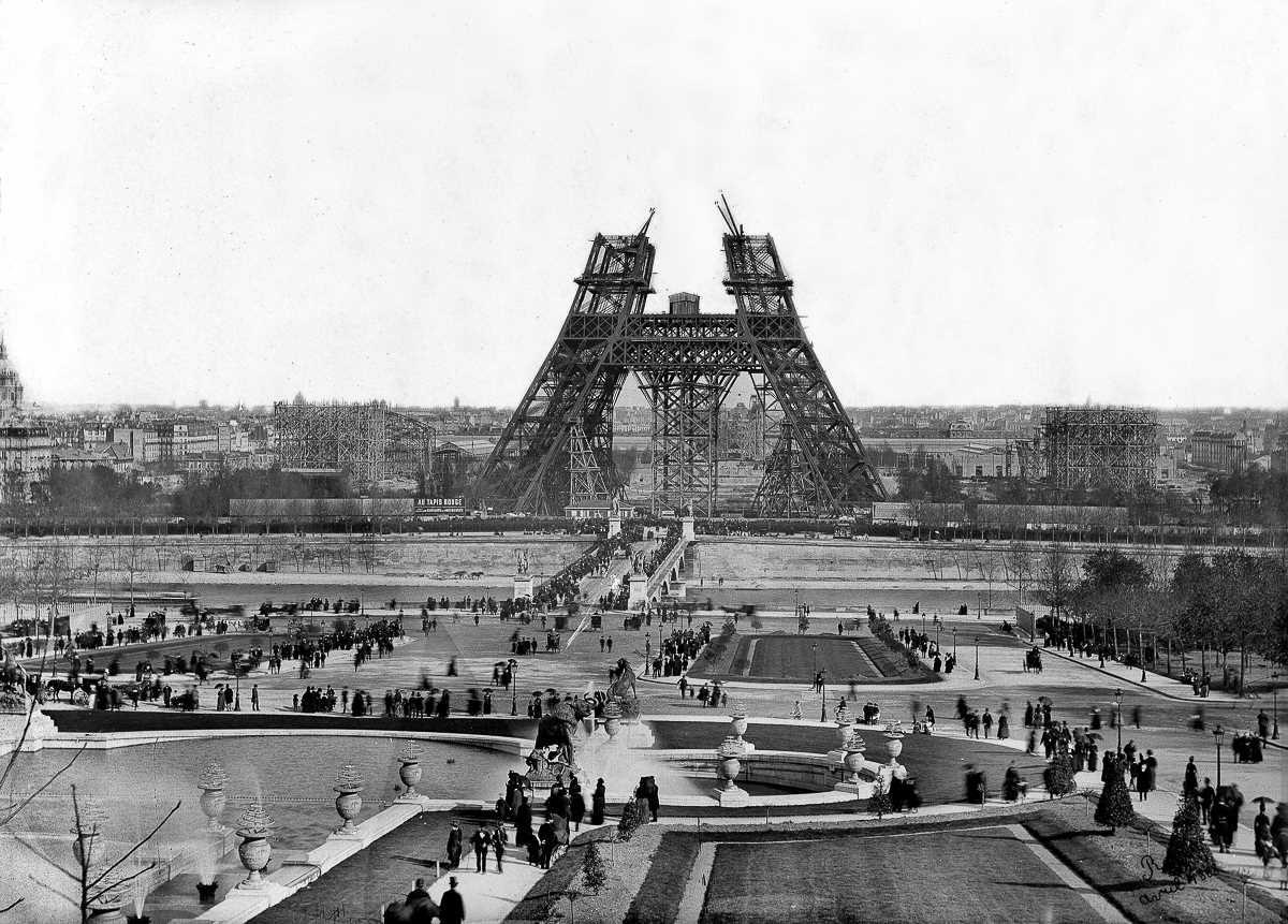 Во время Всемирной выставки, которая открылась 6 мая, башню посетили почти 2 миллиона человек — это