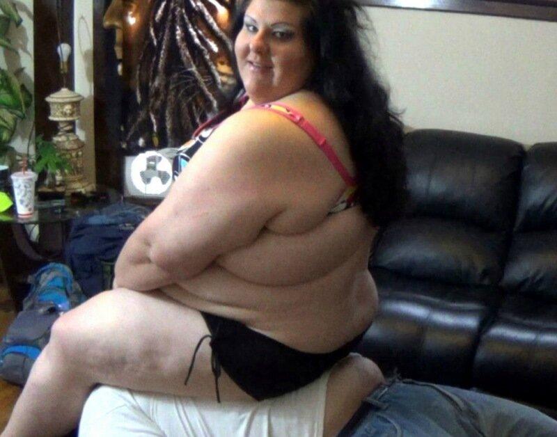 Толстая девушка возбуждает мужиков, выпуская газы