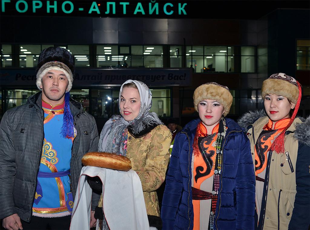 Встреча первого рейса из Тюмени в аэропорту Горно-Алтайска