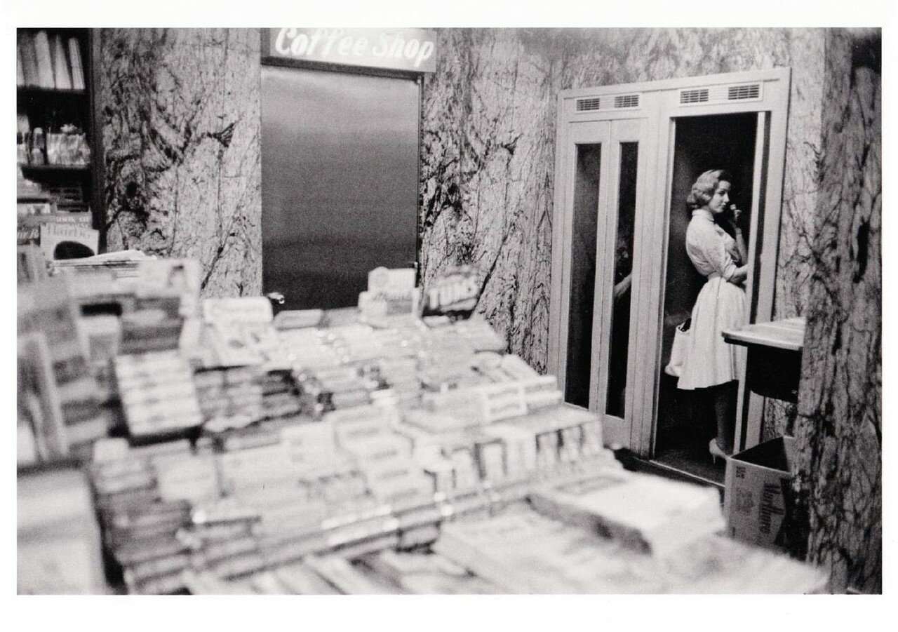 1961. Газетный киоск и телефонная будка. Нью-Йорк