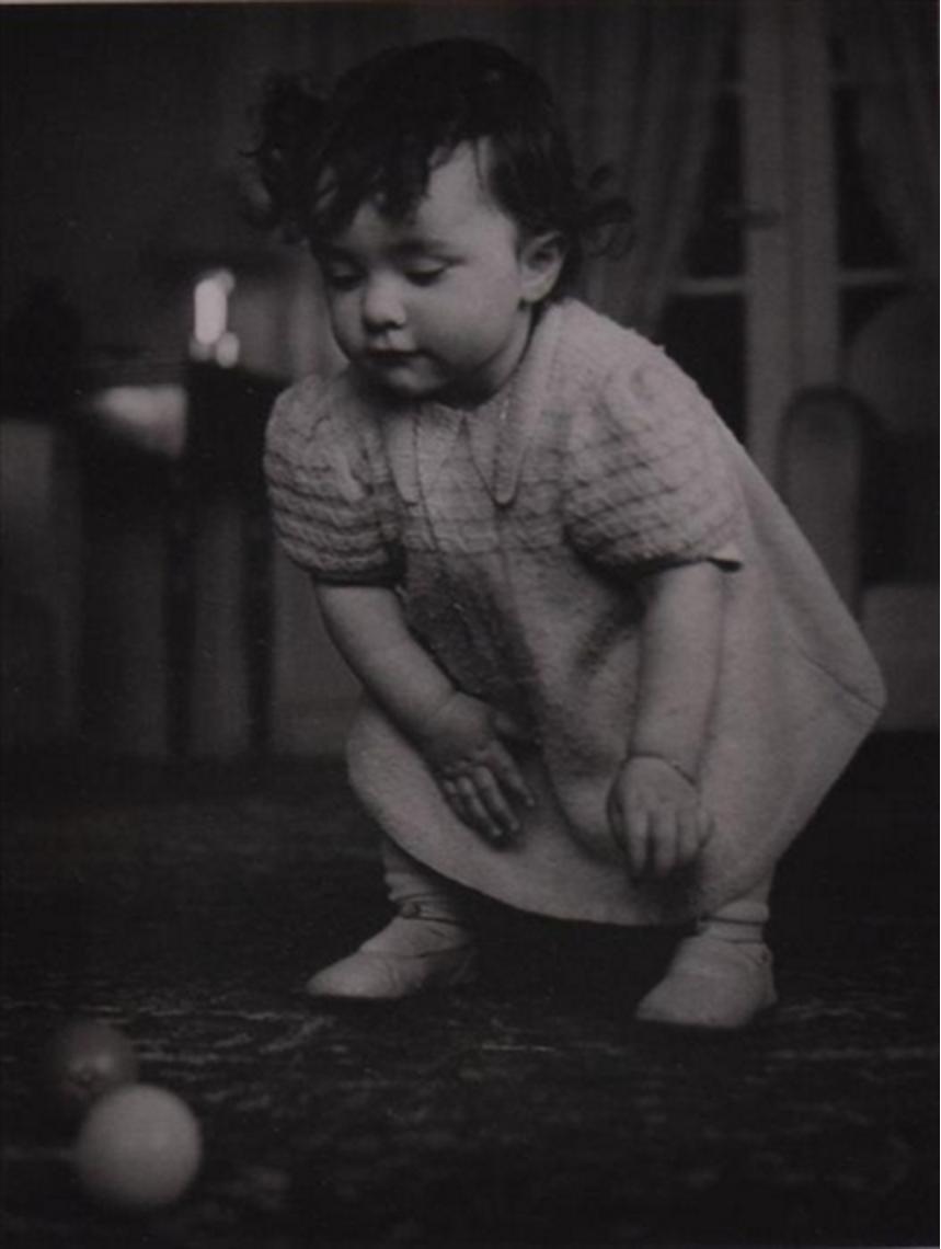 1930-е. Ребенок играет с шарами