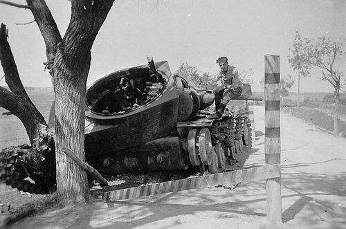 Танк КВ-1 из 6-го мк подбитый на дороге Зельва - Слоним. 1941 год.