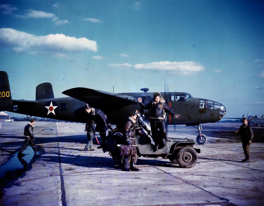 North American B-25A Mitchell готовится к вылету. Восточное побережье, 1942
