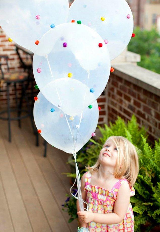 Украсьте шарики крошечными помпонами!