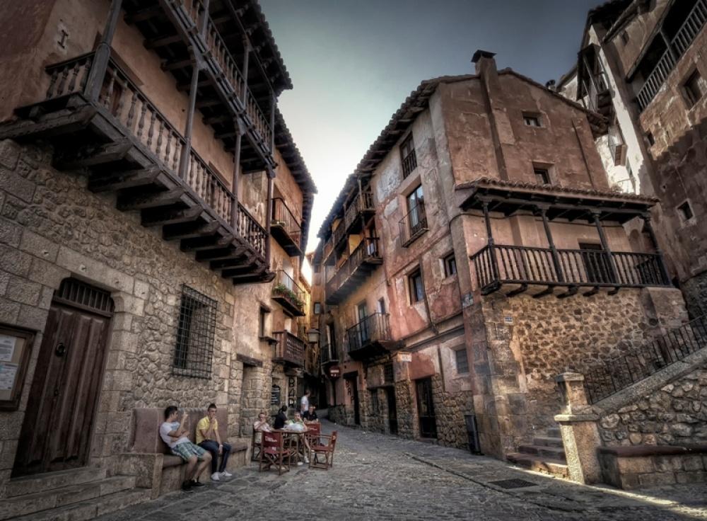 Философ Ортега-и-Гассет писал, что этот город имеет сказочный силуэт. Аеще Альбаррасин часто называ