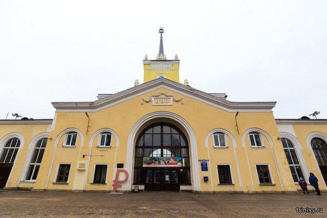 На железнодорожной станции установили знак российского рубля