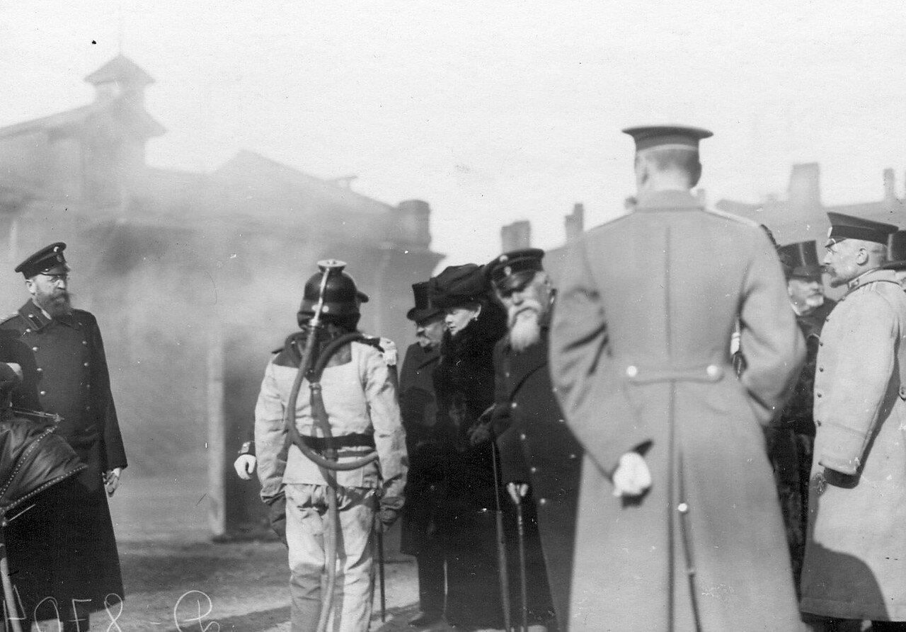 09. Великая княгиня Мария Павловна и сопровождающие ее лица наблюдают за работой пожарных в противодымном скафандре