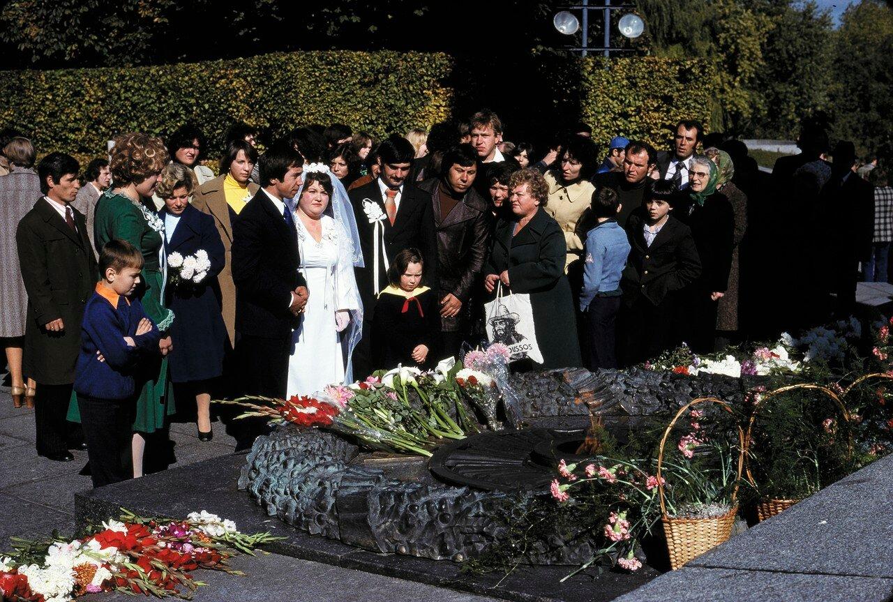 Традиционный ритуал возложения цветов к могиле Неизвестного солдата