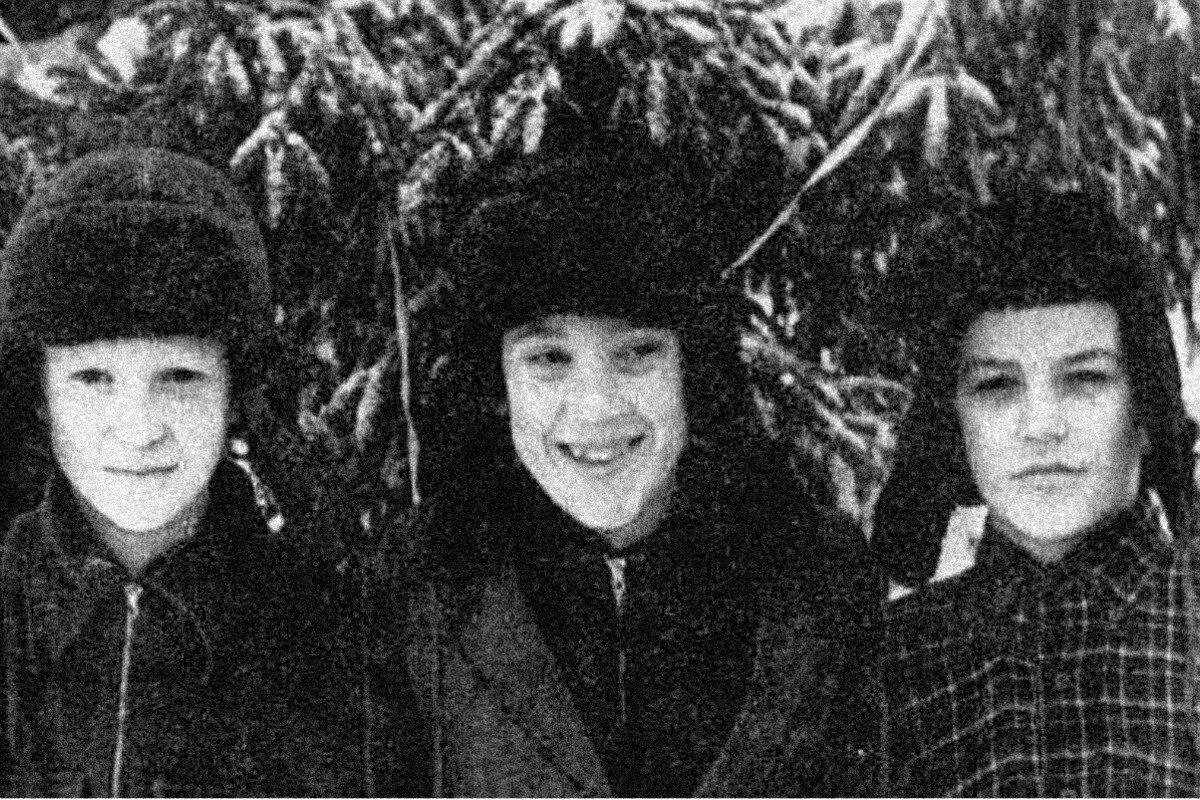 1950. Володя Высоцкий с братьями Бывшевыми под ёлочкой в зимнем пионерском лагере «Машиностроитель» под г.Покров, Владимирской области