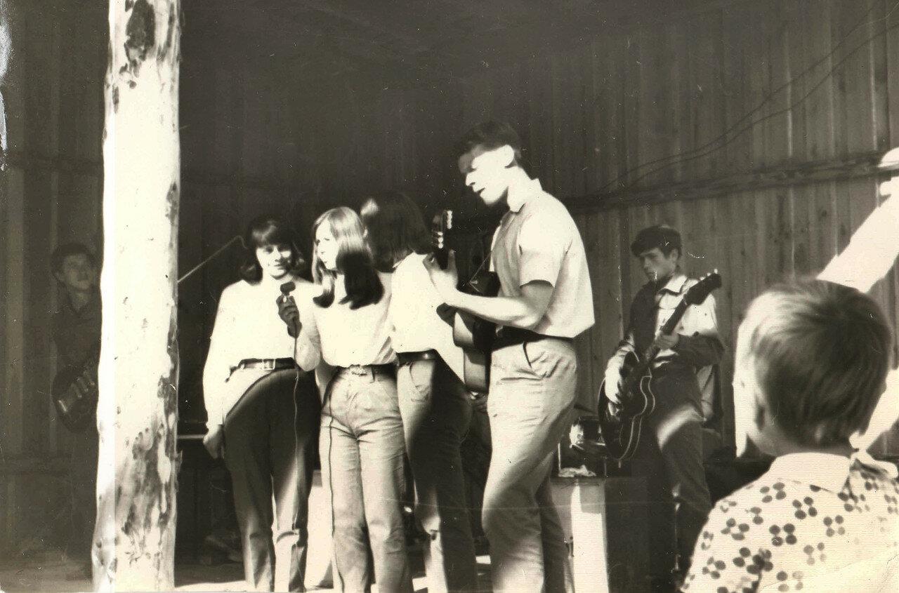 1969. Якутия. Удачный. Концерт агитбригады ССО ЭТФ в разгаре