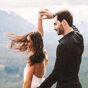 Мужчина и женщина танцуют
