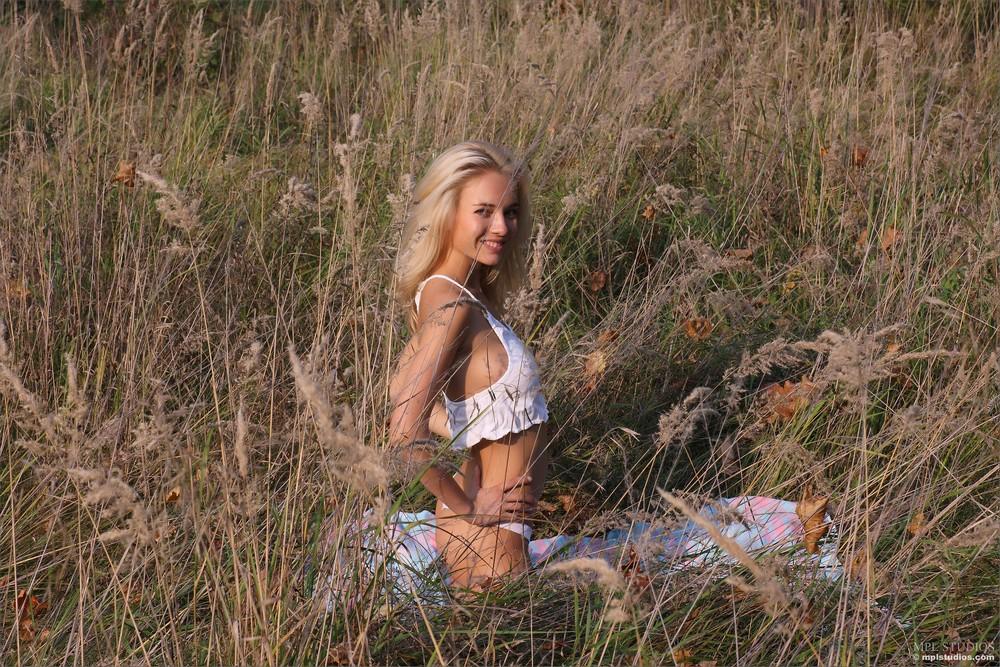 Белокурая Danica позирует в поле
