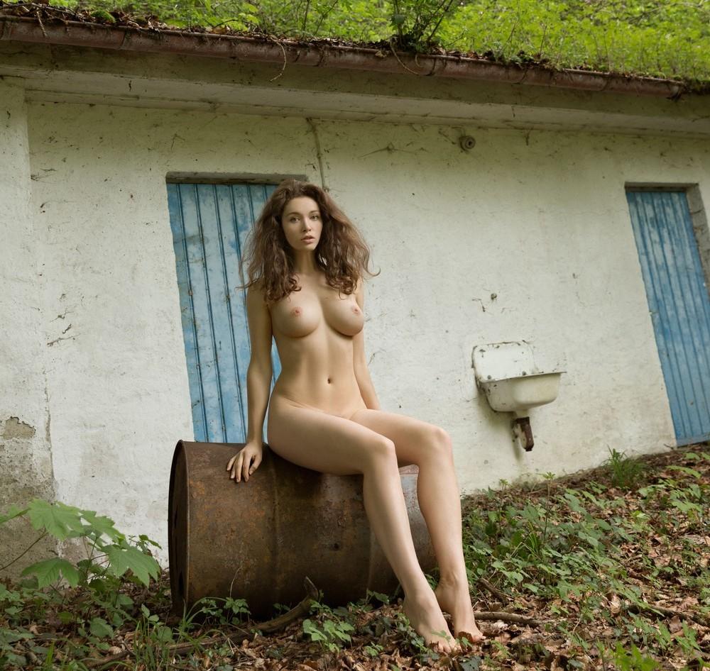 Обнаженная Vika возле заброшенного дома