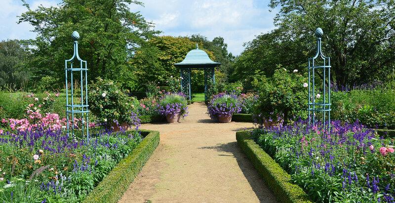 Садовый павильон в саду.