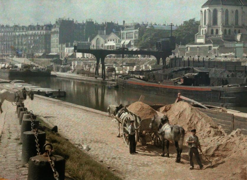 Лошади и рабочие на берегу реки. «Того, кто созерцает глубины Парижа, охватывает головокружение. Нет