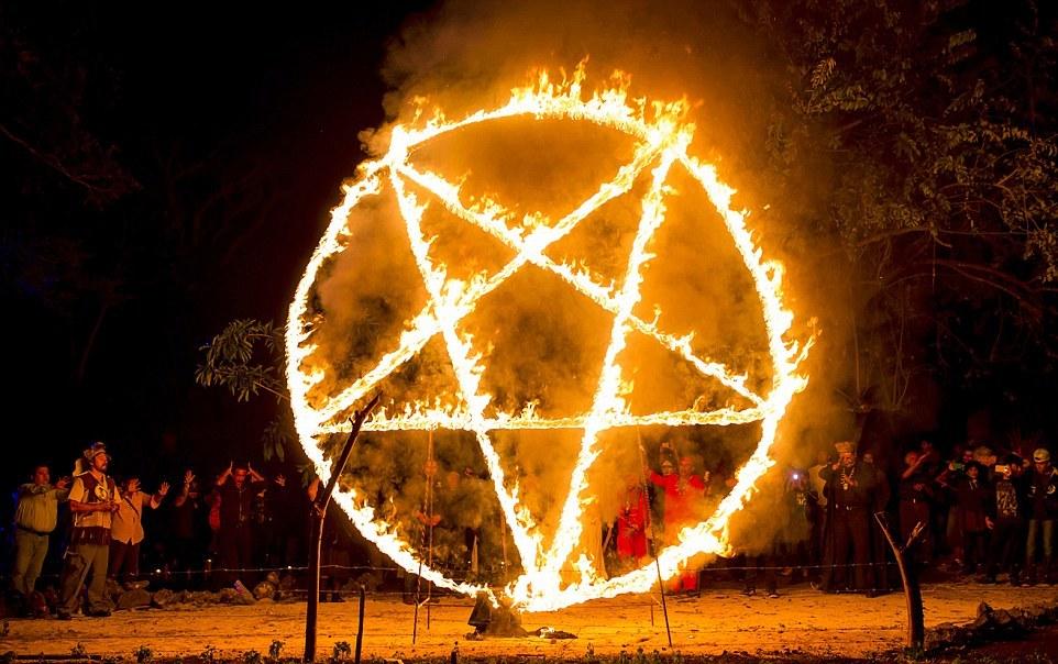 Ритуал поклонения: участники черной мессы пляшут перед пылающей пентаграммой, прежде чем окончат