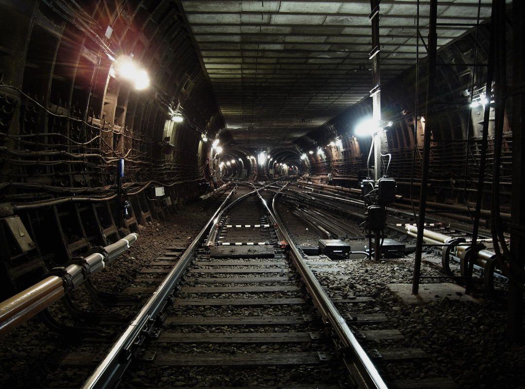 Спустился в метро