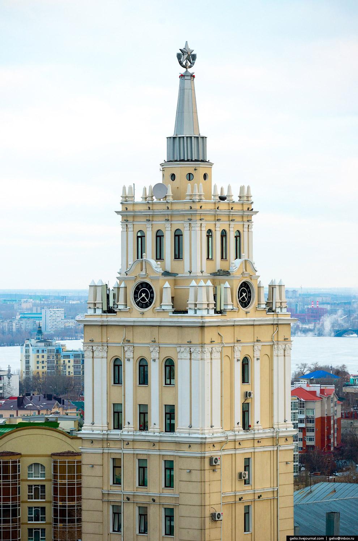 10. В башне на высоте 55 метров находятся самые большие часы в городе. Они работают с 1956 года