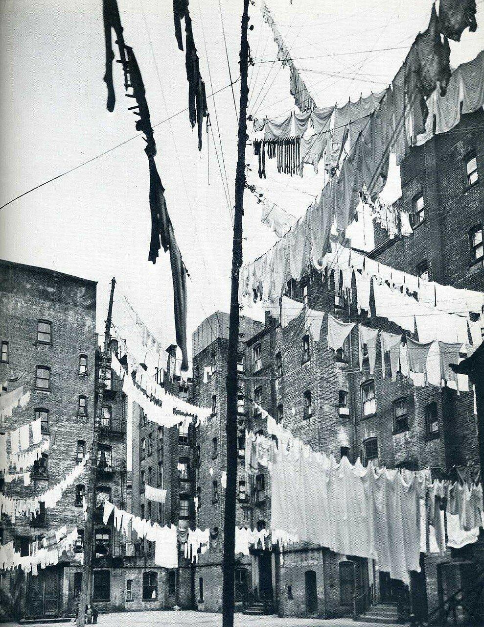 936. Двор первой модели многоквартирных домов в Нью-Йорке. 16 марта