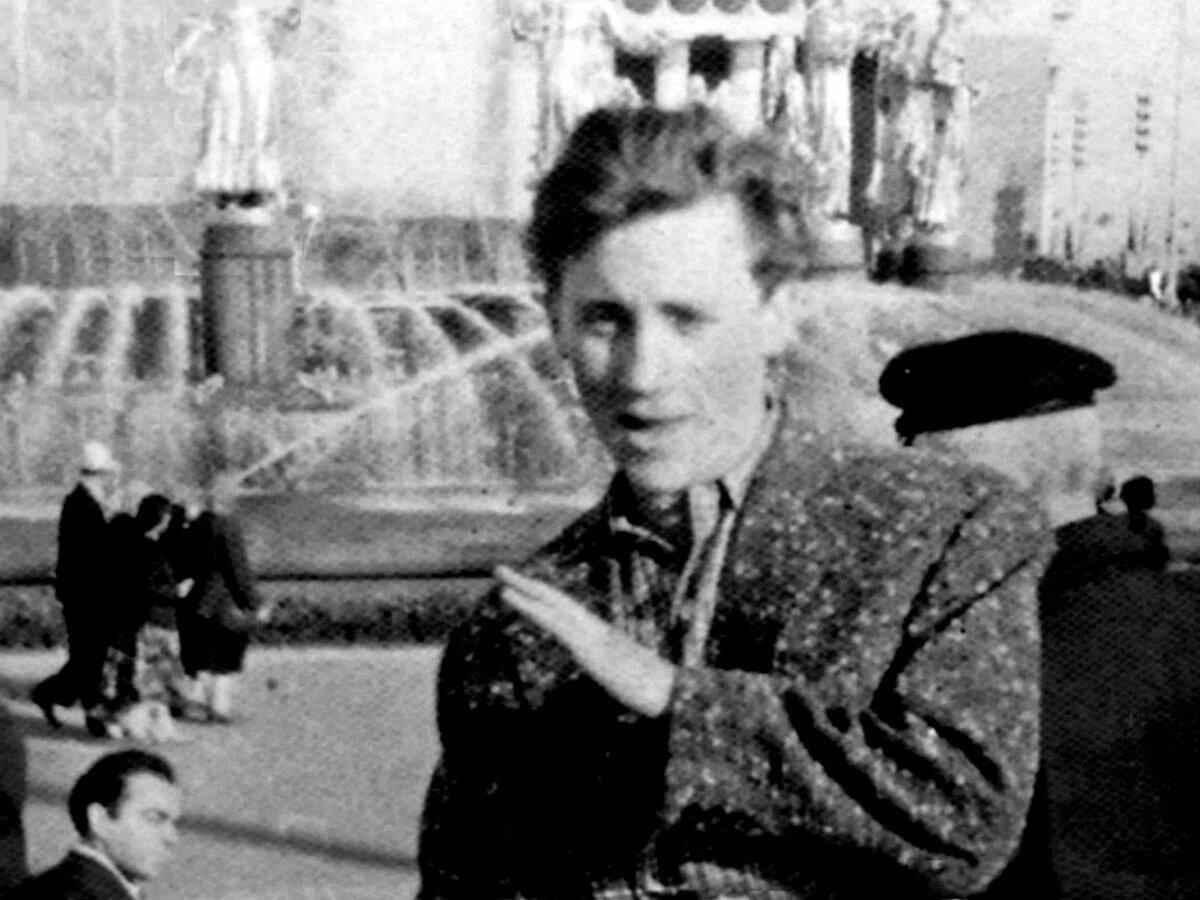 1959. Владимир Высоцкий на ВДНХ. Фото Давида Половинчина