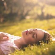 Девушка спит на траве
